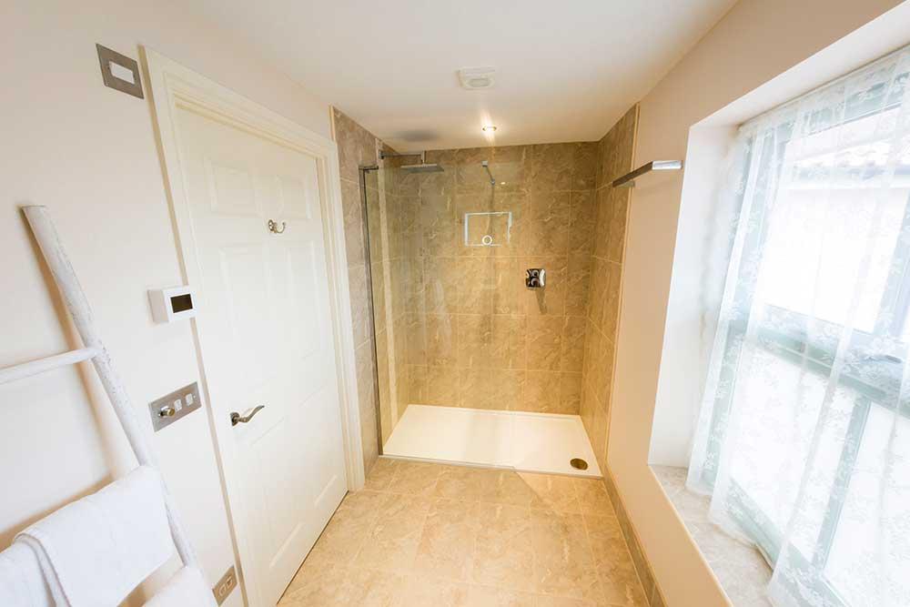 Bower Inn Hotel shower room